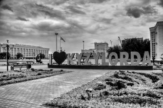 Kyzylorda est une ville d'environ 240 000 habitants, au Sud du Kazakhstan. Elle est à 33 heures de train de la capitale.