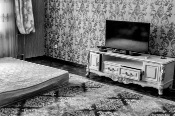 L'appartement de Mathias Coureur, un lieu de vie fantôme, où seule la télévision rappelle que quelqu'un y vit.