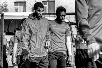 Mathias Coureur arrive à l'entrainement à 17h. Sur sa gauche, Abdel Lamanje, un autre joueur français, qui a précédemment joué 5 ans en Russie.