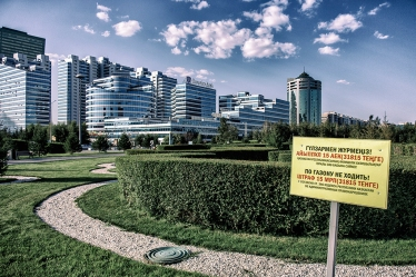 Quartier de la Tour Bayterek, façade de la banque Eurasia