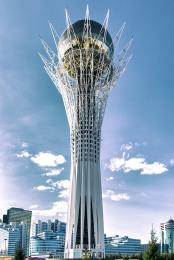 Tour Bayterek symbolisant l'arbre de vie surmontée d'un oeuf doré, pondu par l'oiseau Samruk. Légende kazakhe sur les désirs des hommes. Au sommet, main moulée du président dans laquelle le visiteur peut apposer la sienne pour écouter l'hymne national.