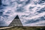 Palais de la paix et de la réconciliation (pyramide) en hommage aux 127 nationalités kazakhstanaises. Au Kazakhstan, il faut distinguer la citoyenneté de la nationalité, celle-ci renvoie à l'ethnie (kazakh, russe, ouzbèke, allemande, coréenne, etc.).