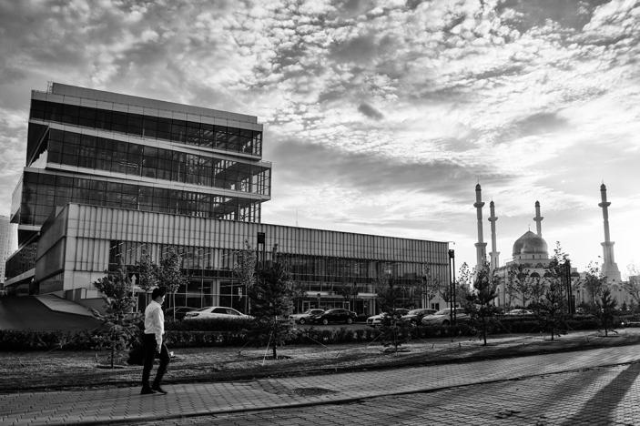 Le siège social de la ForteBank, inauguré en 2016, est situé dans le nouveau et audacieux quartier d'affaires de la capitale, près de la mosquée principale Nur-Astana. Ce bâtiment a été conçu par le cabinet d'architecture portugais Miguel Saraiva : quatre blocs de verre avec un décalage angulaire de 15°, 60 mètres de haut et une visibilité à 360°.