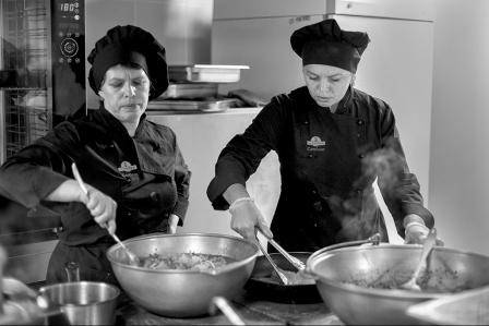 Galina (à droite), originaire d'Ukraine, est l'adjointe de Dominique Kalk. Elle prendra la responsabilité de la cuisine dans quelques jours.