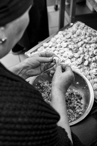 """Préparation à la main des """"pelmini"""", sorte de ravioli à pâte fine, farci à la viande."""