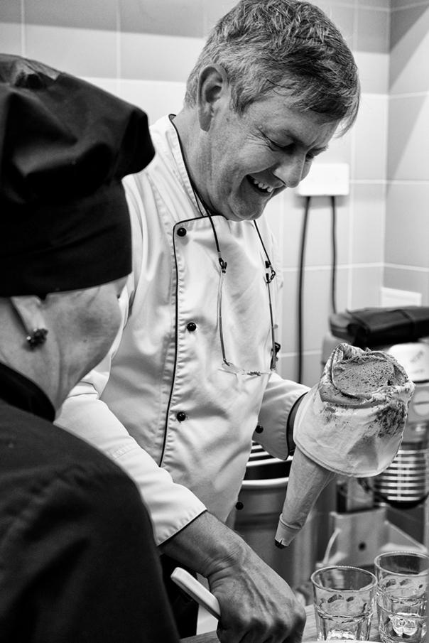 Dominique Kalk, responsable de la restauration de La Tartine, s'occupe des desserts, dernier poste à transmettre à l'équipe kazakhe.
