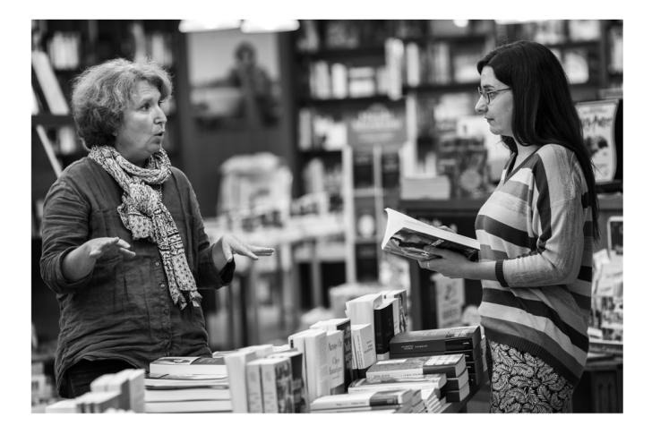 """Nathalie, gérante de la librairie et maitre d'apprentissage d'Ariane : """"Je me considère avant tout comme une professionnelle : je n'aime pas le mot maître d'apprentissage. Un apprenti, c'est un collègue qui apprend par la pratique""""."""