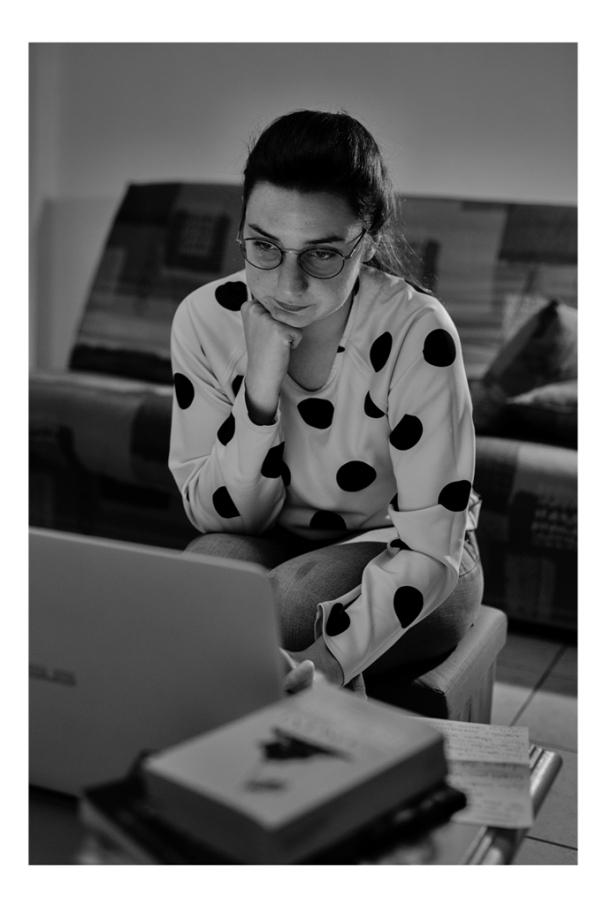 """""""Être libraire est un mode de vie, c'est très prenant aussi bien en entreprise que chez soi. Si on veut aider nos clients du mieux possible, être au courant des dernières actualités, il faut beaucoup travailler"""". Ici, Ariane prépare les biographies des auteurs qu'elle a mis en vitrine."""