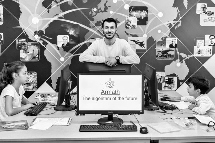 """Depuis 2008, l'Arménie forme sa jeunesse aux nouvelles technologies grâce à un programme éducatif périscolaire mis en place dans les écoles publiques. Ce sont les """"Armath Labs"""", dont la vocation est de guider l'orientation professionnelle des enfants vers les IT et de réduire la fracture numérique."""