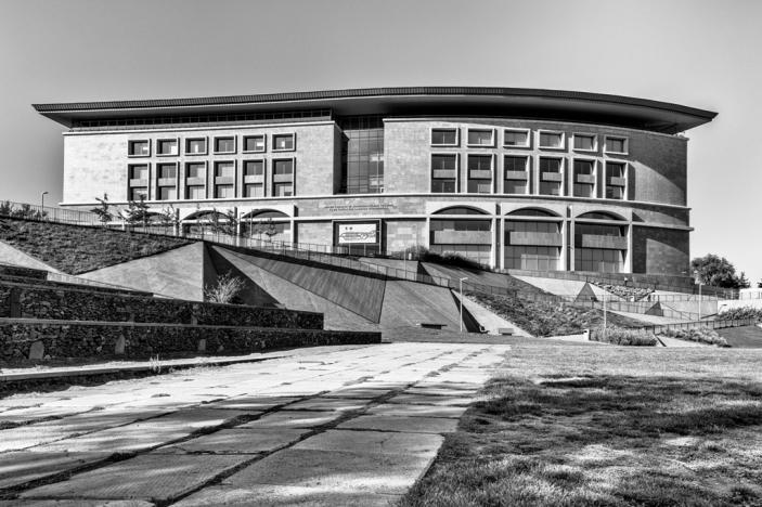 En face du quartier Kond, à 4 km en longeant la rivière Hrazdan, trône le Centre Tumo. Lancé en 2011 par Sam Simonian, un arménien-américain originaire du Liban, ce centre dédié à la création numérique est ouvert gratuitement aux jeunes de 12 à 18 ans. Il existe trois centres Tumo en Armenie, et un en territoire du Haut Karabagh. Celui de la capitale est le plus grand, au design futuriste. Il accueille 15 000 étudiants, sans aucun prérequis, issus de toutes les classes sociales.