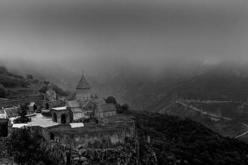 Tatev, Sud de l'Arménie, 400 habitants - Ce village, accessible soit par le plus long téléphérique monovoie du monde (5.7 km), soit par une route en épingle à cheveux, culmine à 1 800 mètres.