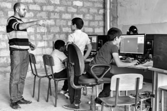 """Arthur anime le labo depuis sa création. Il constate que """"les enfants du village passent plus de temps à aider leur famille qu'à étudier, mais grâce au club, trois jeunes de Tatev ont découvert l'ingénierie et poursuivi leurs études dans ce secteur."""""""