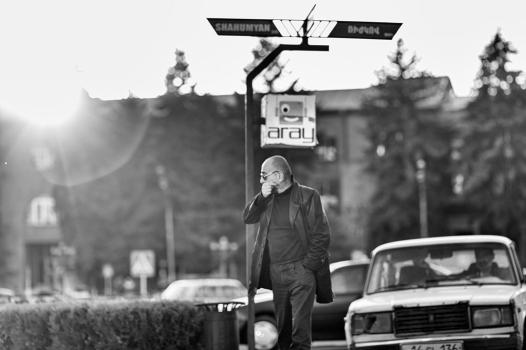 """L'Arménie se rêve en Silicon Valley de demain. Elle s'est dotée d'un ministère de l'industrie des hautes technologies, a accueilli pour la 1ère fois le congrès WCIT, et espère, grâce à une jeunesse éduquée, conquérir le secteur. En ouverture du congrès, le Premier ministre, Nikol Pashinian, déclare : """"après la révolution politique, nous sommes maintenant dans la phase de révolution économique (...). La révolution économique mènera à son tour à une révolution technologique, et nous pourrons faire de l'Arménie (...) un paradis pour les personnes talentueuses"""". L'histoire ne fait que commencer."""