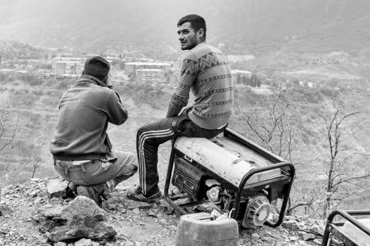 Des ouvriers travaillent sur un nouveau chantier de construction de lignes électriques, près de la ville d'Alaverdi. Situé en altitude, ce site est accessible uniquement en 4x4, dans laquelle les ouvriers ont chargé générateur et autres matériels.