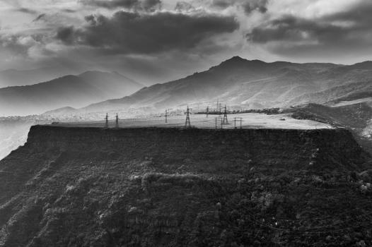 Direction Nord de l'Arménie - Ce plateau à haute tension culmine à environ 1 800 mètres. Il permet d'alimenter les villes et villages de la région, y compris les plus reculés. Malgré les montagnes, le réseau est de très bonne qualité sur tout le territoire arménien, favorisant le déploiement des structures high tech.