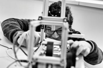 """""""La robotique est avant tout de la créativité"""", explique Chadi, le jeune marocain. Mais """"ce qui m'intéresse, c'est le challenge. Le CAS Robotique, dont l'objectif est la compétition à Dubaï, est une chance pour se dépasser : toutes les équipes reçoivent le même équipement, et on doit faire le meilleur robot avec ça""""."""