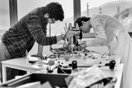 """Chadi (à gauche) explique que """"dans une équipe, il y a les designers, et les programmeurs. Hachim et moi sommes les designers du robot. Ernest s'occupe de la programmation""""."""