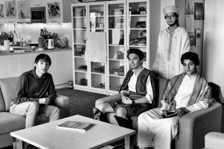 Le lycée de Dilijan attire des étudiants de 80 pays en quête d'un bac international dont les cours sont tous en anglais. De gauche à droite : Ernest (Belgique), Djan (Turquie), Chadi (Maroc) et Hachim (Jordanie). Au profil scientifique, les quatre garçons ont créé un club de robotique pour participer au First Global Challenge, une compétition internationale de robotique pour 14-18 ans. Ils concourent sous la bannière de l'équipe nationale arménienne.