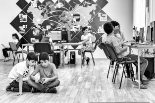 Fondée sur la coopération entre élèves, l'auto-apprentissage, l'expression libre et le jeu, cette pédagogie dite alternative met les enfants au centre de leurs préoccupations. Elle respecte le rythme et la capacité de concentration de chacun.