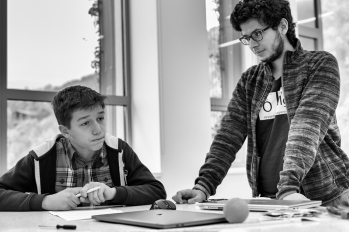 Narek (à gauche) jeune arménien de 14 ans, vit au village de Dilijan. Il a rejoint l'équipe du lycée, et défendra le robot arménien à Dubai. Narek rêve de devenir pilote de ligne.