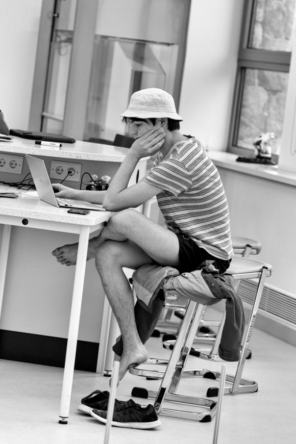 """Ernest, le lycéen belge, a 16 ans. Il a déjà eu une expérience à l'étranger, au Luxembourg, en intégrant une 1ère scientifique au bac européen. Sa première année ici est donc plutôt facile : """"cela me permet de me consacrer aux programmes CAS (Créativité, Action, Service), obligatoires pour valider le bac international. On doit présenter trois projets CAS par semestre. Le club robotique en est un""""."""