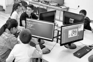 """Les sessions Armath mélangent enfants et adolescents, sans distinction de niveau ou d'âge. En haut de l'image, Mary, 11 ans, et Sargis, 14 ans : Mary veut devenir ingénieure, Sargis """"hacker""""."""