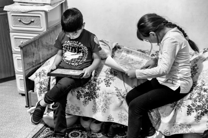 """A la maison, Mary lâche son ordinateur, tandis que son petit frère monopolise la tablette pour regarder des vidéos. Mary espère """"comprendre de quoi sera fait le monde de demain"""". C'est pour cette raison qu'elle s'est inscrite au programme Armath."""