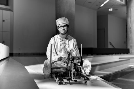 """Chadi effectue sa dernière année à Dilijan. Il explique que """"le cursus du bac international est basé sur les motivations de l'élève. Dans une scolarité classique, on doit juste mémoriser. On ne peut pas appeler ça de l'apprentissage ! Ici, on choisit six matières générales et on travaille par passion. On a beaucoup de travaux de recherche à rendre, c'est très intense."""" Chadi espère devenir ingénieur en biomécanique et travailler pour la recherche médicale."""