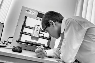 """Mher a 10 ans. Il regarde en direct la fabrication d'un dessous de plat en bois, dont le motif a été programmé sur un logiciel. Les élèves disposent d'un kit robotique, d'une machine à découper au laser et d'une imprimante 3D. Pour Sargis Melkonyan, le coach, la pédagogie Armath s'appuie sur """"le penser et le faire""""."""