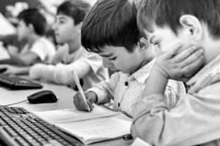 Ce jeune garçon de 6 ans transforme les chiffres en nombre binaire sur son cahier d'écolier. Il n'est pas inscrit au club, prévu pour les 10-18 ans, mais il accompagne son frère de temps en temps. Sargis, le coach, lui donne alors des exercices d'écriture informatique.