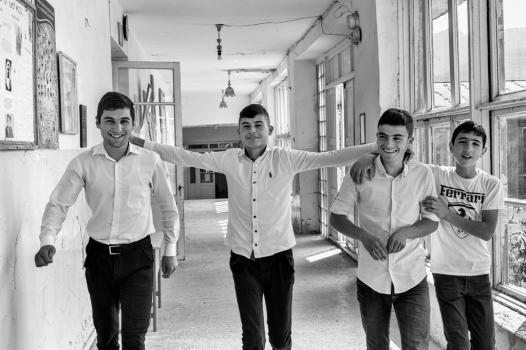 L'école reste ouverte tous les après-midi pour les différentes activités parascolaires. Mais ces quatre garçons déambulent sans but précis. « Les adolescents de Tatev préfèrent flâner et voient davantage leur avenir dans le business », précise Arthur, le coach Armath.