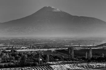Le Mont Ararat, symbole carte postale de l'Arménie, appartient à la Turquie depuis 1921, date du traité de Moscou mettant fin à la conquête d'Ataturk en territoire soviétique. C'est depuis lors, que les frontières actuelles de la Turquie, de la Géorgie, de l'Arménie et de l'Azerbaïdjan, ont été redéfinies, laissant des situations conflictuelles comme celle en territoire du Haut Karabagh. A 60 km à vol d'oiseau, dans la plaine, se trouve le village d'Agarak. 2 000 habitants y vivent, principalement d'agriculture, nuciculture et élevage. Le village est situé dans la province d'Aragatsotn, à une heure de route de la capitale Erevan.